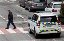 Un cotxe patrulla circulant pel carrer.