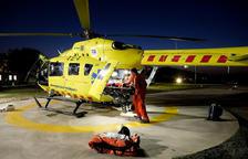 Professionals del SEM amb l'helicòpter nocturn.