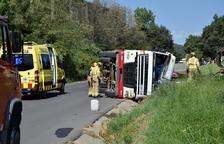 Un camió bolca a Aravell pel xoc amb els cables de telefonia