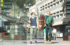 Visitants passejant pel centre de la capital.
