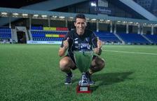 El tècnic Adolfo Baines, amb els trofeus de la Lliga Multisegur i la Copa Constitució.