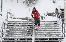Un esquiador en una estació del país.
