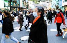 Ciutadans passejant pel carrer amb mascareta.