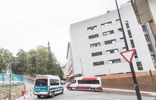 Dos vehicles sanitaris a les portes d'El Cedre, ahir.