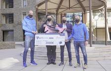 Gol Solidari entrega 2.000 euros a Assanca de la subhasta de samarretes