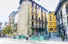 Ll'edifici, pocs dies abans de l'inici de la demolició, protegit per una tanca.