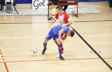 Javier Saviola lluita per una pilota amb el capità del Salines, Slobodan Rajcevic, ahir a Encamp.
