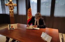 Jean-Claude Tribolet, signant el llibre de condol per Giscard d'Estaing.