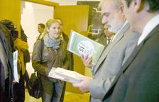 Noemí Rodríguez lliurant les signatures al síndic general, Josep Dalleres.