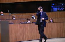 El ministre Jover passant davant els parlamentaris socialdemòcrates al Consell.