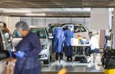 Sanitaris fent tests a l'aparcament de Prat de la Creu.