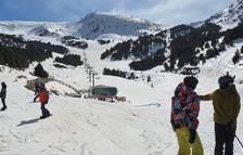 Un grup d'esquiadors cau d'un telecadira al Tarter