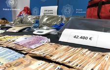 Dos detinguts per vendre droga a menors
