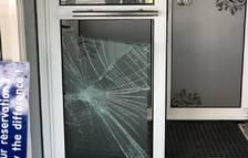 Identificat un jove del Pas per trencar els vidres de dos establiments