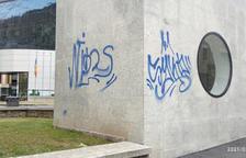 Una de les pintades realitzades pels turistes espanyols prop de l'edifici del comú d'Encamp.