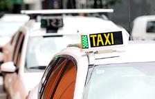 Un taxi aturat en un carrer d'Andorra la Vella.