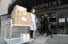 L'arribada a l'hospital de les 3.000 dosis de la vacuna d'AstraZeneca procedents de França.
