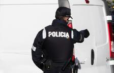 Detingut un home per trencar la porta d'un hotel a la una de la matinada