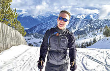 La pau de lliscar muntanya avall amb els esquís