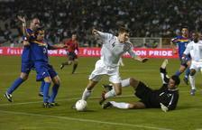 Steven Gerrard, autor de dos gols, en una acció del partit.
