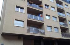 Ferit de gravetat després de caure d'un segon pis
