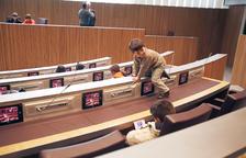 Un nen juga entre els escons en la primera jornada de portes obertes al Consell, el 2011