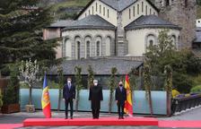 Pedro Sánchez, Joan-Enric Vives i Xavier Espot, en la rebuda oficial de la Cimera, aquesta tarda.