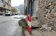 Un despreniment de rocs provoca petits danys materials al carrer dels Barrers