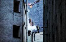 Els bombers actuen en un petit incendi al costat de l'hotel les Closes