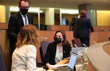 Víctor Filloy i Verònica Canals conversant amb Sílvia Calvó al Consell General.