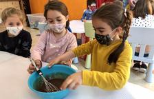 Infants de la Massana al taller de cuinar la mona de Pasqua