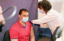 Gallardo en el moment de rebre la vacuna.