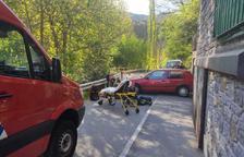 Accident entre un turisme i una motocicleta amb un ferit a la Massana