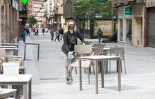 Sense mascareta al carrer a mitjan mes