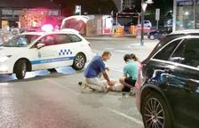 Dues persones atenen la persona que va ser atropellada mortalment