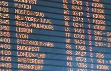 Panell amb destinacions turístiques.