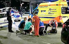 La víctima de l'atropellament mortal sent atesa al lloc dels fets.
