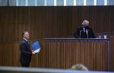 Ferran Costa esperant el torn d'invervenció al Consell