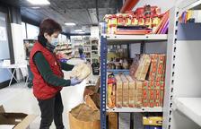 Una persona comprant a la botiga solidària.