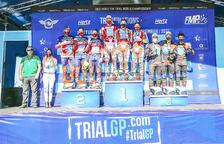 L'equip d'Andorra, a la dreta, amb el bronze.