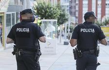 Dos agents del cos de policia patrullant.