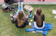 Un grup d'adolescents al Prat del Roure, a Escaldes.