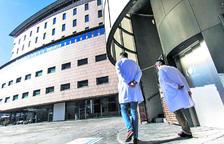 Dos sanitaris a l'exterior de l'hospital.