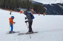 Dos esquiadors al pla de la Caubella, a l'estació de Pal Arinsal.