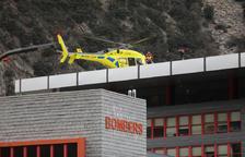Un helicòpter a la caserna dels bombers.