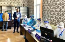 Ferran Costa controlant una mesa d'Uzbekistan a Taixkent