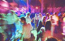 Gent ballant en un local abans de la pandèmia.
