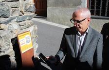 Francesc Camp capta el codi QR de la placa del molí fariner