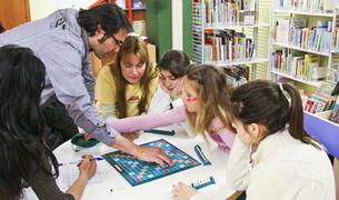 Alfons codina en una de les activitats que s'organitzen per a joves a la biblioteca d'Encamp.