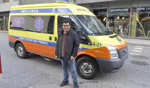 Carles Mumbardó al costat d'una de les ambulàncies convencionals que condueix.